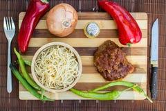 Melhore com molho de tomate, sphagetti e vegetais imagens de stock royalty free
