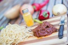 Melhore com molho de tomate, sphagetti e vegetais foto de stock royalty free