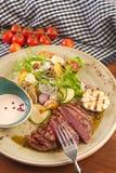 Melhore a costeleta com salada dos vegetais e dos cogumelos fotos de stock