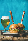 Melhore hamburgueres com bacon, os vegetais e vidro friáveis da cerveja Fotografia de Stock