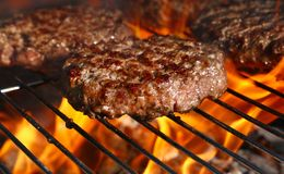 Melhore o hamburguer para o Hamburger na grade da chama do assado Fotos de Stock Royalty Free