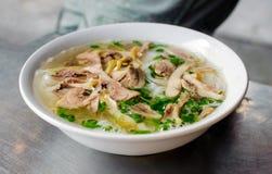 Melhore o macarronete com sopa quente em uma bacia branca fotografia de stock