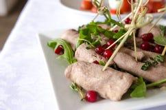 Melhore o rolo de carne com rúcula e o corinto vermelho Foto de Stock Royalty Free