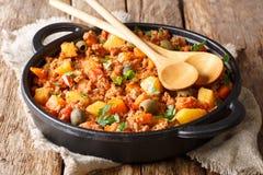 Melhore Picadillo cozinhado com batatas, cenouras, passas, azeitonas fotos de stock