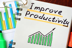 Melhore a produtividade escrita em um bloco de notas imagens de stock royalty free