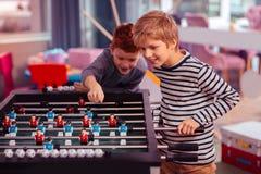 Melhores amigos enigmáticos que jogam o jogo de tabela junto fotografia de stock royalty free