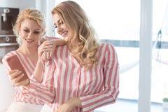 Melhores amigos fêmeas que passam o tempo junto Imagem de Stock Royalty Free