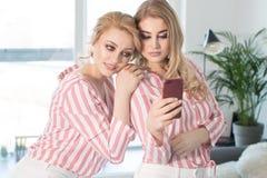 Melhores amigos fêmeas que passam o tempo junto Imagens de Stock