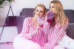 Melhores amigos fêmeas que passam o tempo junto Fotografia de Stock