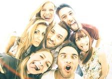 Melhores amigos felizes que tomam o selfie fora com backlighting imagens de stock