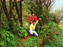 Melhores amigos no passeio em a montanha da selva Imagens de Stock Royalty Free