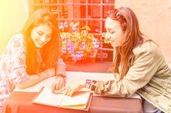 Melhores amigos no restaurante em um dia de mola ensolarado Imagens de Stock Royalty Free