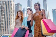 Melhores amigos para comprar Menina bonita no vestido que guarda o shopp Foto de Stock Royalty Free