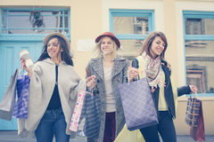 Melhores amigos que andam na rua Melhor fri fêmea novo Imagem de Stock