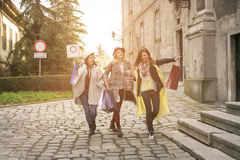 Melhores amigos que correm na rua Melhor fri fêmea novo Imagens de Stock Royalty Free