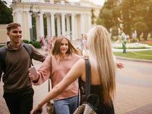 Melhores amigos que encontram o estilo de vida do relacionamento da juventude fotografia de stock
