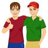 Melhores amigos que estão abraçados Imagens de Stock