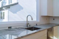 A melhoria da instalação dos armários de cozinha remodela o worm& x27; opinião de s instalada em uma cozinha nova fotografia de stock royalty free