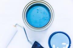 Melhoria home azul da pintura e do rolo fotografia de stock