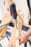 Melhoria Home - madeira da perfuração do trabalhador manual imagens de stock
