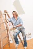 Melhoria Home: Mulher de sorriso com pintura Fotografia de Stock Royalty Free