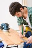 Melhoria Home - o trabalhador manual prepara o assoalho de madeira Fotografia de Stock