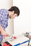 Melhoria Home - telha do corte do trabalhador manual Foto de Stock