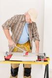 Melhoria Home - telha do corte do trabalhador manual Foto de Stock Royalty Free