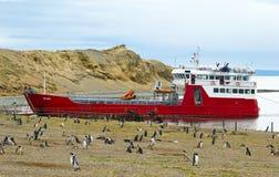Melinkaveerboot bij het eiland dat van Magdalena wordt verankerd. royalty-vrije stock foto