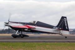 Melissa Andrzejewski que voa um avião aerobatic da borda 540 foto de stock royalty free