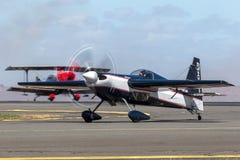 Melissa Andrzejewski que voa um avião aerobatic da borda 540 imagens de stock royalty free