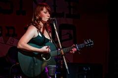 Melissa Odom, τραγουδιστής της πυρκαγιάς οπωρώνων ζωνών, κιθάρα παιχνιδιών στοκ εικόνες