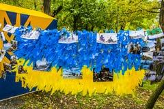 Melitopol στις 14 Οκτωβρίου 2017 Ημέρα των οπλισμένων δυνάμεων της Ουκρανίας Οι φωτογραφίες των στρατιωτικών ζυγίζουν σε μια κίτρ Στοκ Εικόνα