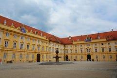 Melk修道院修道院或Stift Melk是一个本尼迪克特的修道院在Melk,俯视多瑙河和瓦豪谷,欧洲的奥地利 免版税库存照片