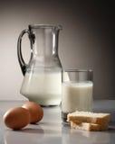 Melk, brood en eieren royalty-vrije stock foto's