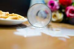 Melk die van glas wordt gemorst Stock Afbeelding