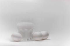 Melk in een glaskruik en eieren Royalty-vrije Stock Foto