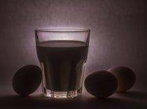 Melk in een glaskruik en eieren Stock Foto