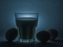 Melk in een glaskruik en eieren Royalty-vrije Stock Afbeelding