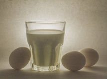 Melk in een glaskruik en eieren Stock Foto's