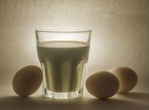 Melk in een glaskruik en eieren Stock Afbeelding