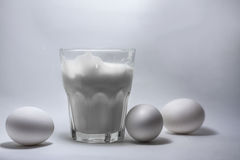 Melk in een glaskruik en eieren Royalty-vrije Stock Afbeeldingen