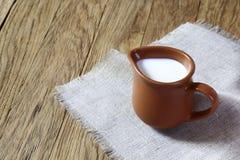 Melk in een kruik Stock Foto's