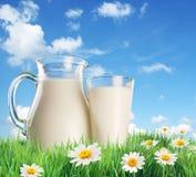 Melk in een kruik en een glas Royalty-vrije Stock Foto