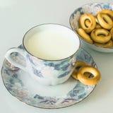 Melk in een mok op de lijst met brood, het drogen stock foto's