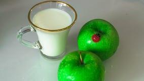 Melk in een mok op de lijst met brood, het drogen royalty-vrije stock foto