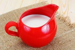 Melk in een Rode Aarden Pot stock foto