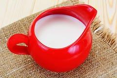 Melk in een Rode Aarden Pot stock foto's