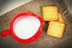 Melk in een Rode Aarden Pot royalty-vrije stock fotografie