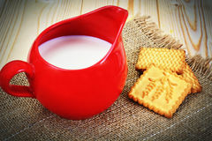 Melk in een Rode Aarden Pot royalty-vrije stock foto's